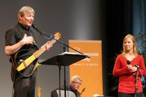 """Fritz Baltruweit und Nora Steen singen im Münchner Messezentrum """"Lieder am Rande der Bibel"""". Foto: Veit"""
